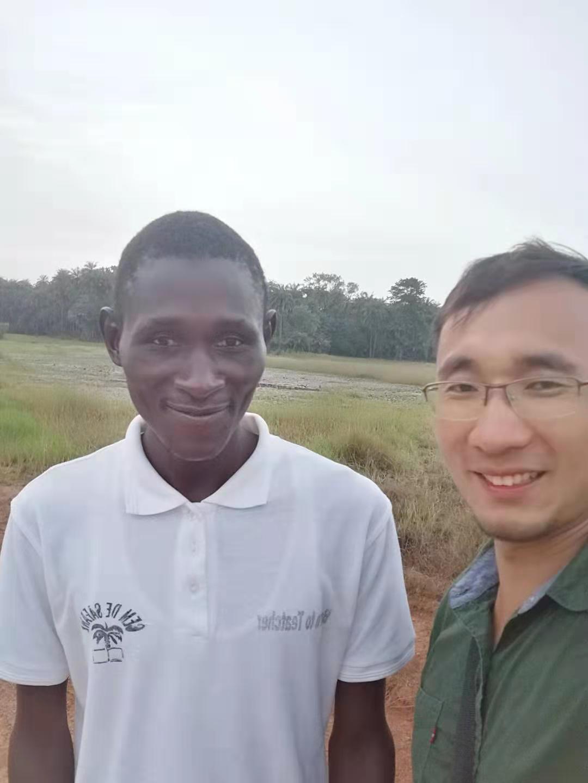 El personal pionero del grupo de ajo visita a un cliente africano